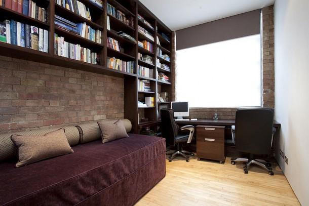 Домашний кабинет с софой и книжными полками над ней