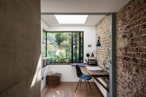 Индустриальный кабинет с голой кирпичной стеной