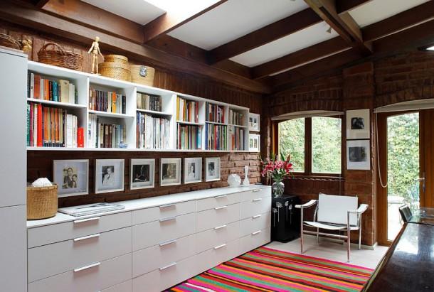 Комплект открытых полок и ящиков создают дополнительное пространство для хранения в этом рабочем кабинете