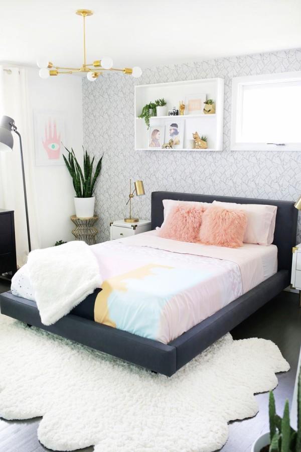 Пушистый ковер и мохнатые подушки добавляют в стиль текстур
