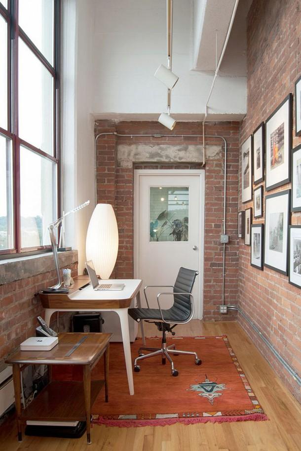 Маленький кабинет с удобным рабочим местом