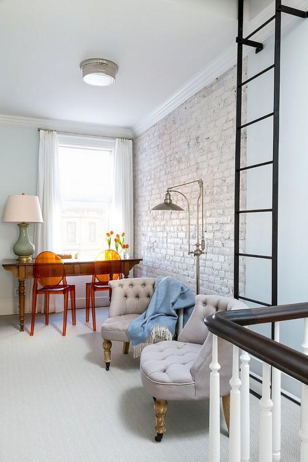 Покрашенная в белый стена создает текстурный контраст без нарушения цветовой схемы
