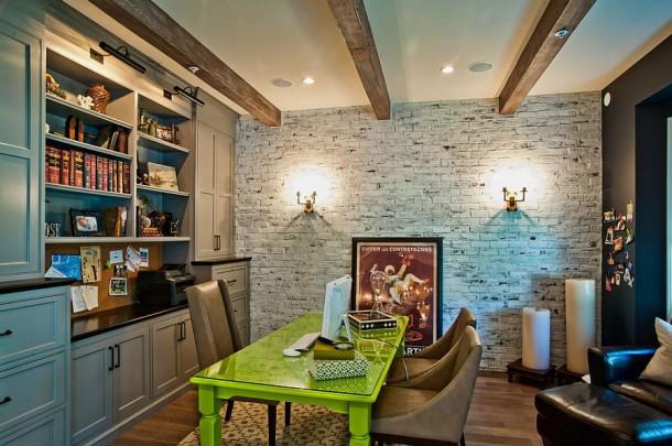 Рабочий стол добавляет яркости в обыкновенный кабинет с кирпичной стеной