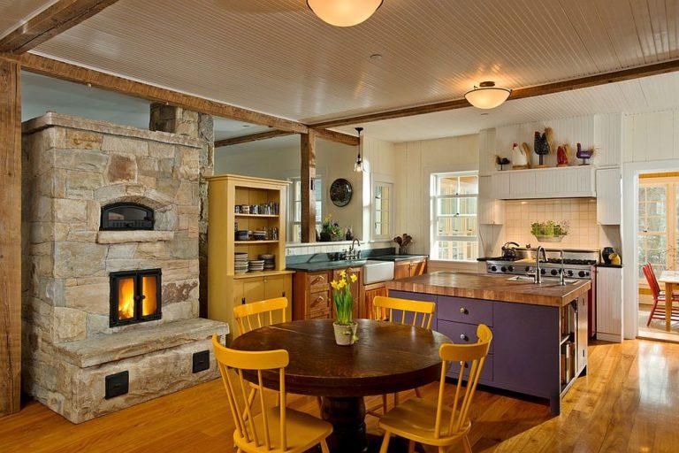 Квартира в Нью-Йорке в деревенском стиле с красочным декором и прекрасным камином из камня