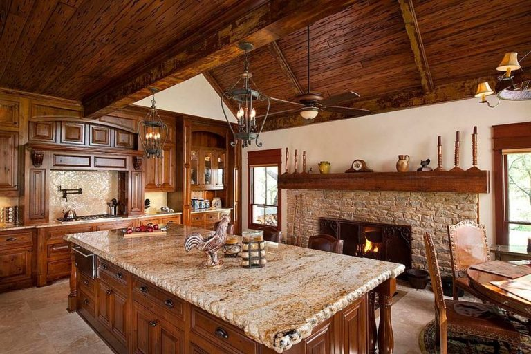 Деревенская кухня с классическим каменным камином