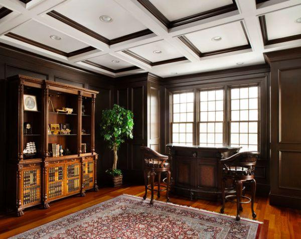 Потолок с деревянными вставками отлично сочетается с мебедью