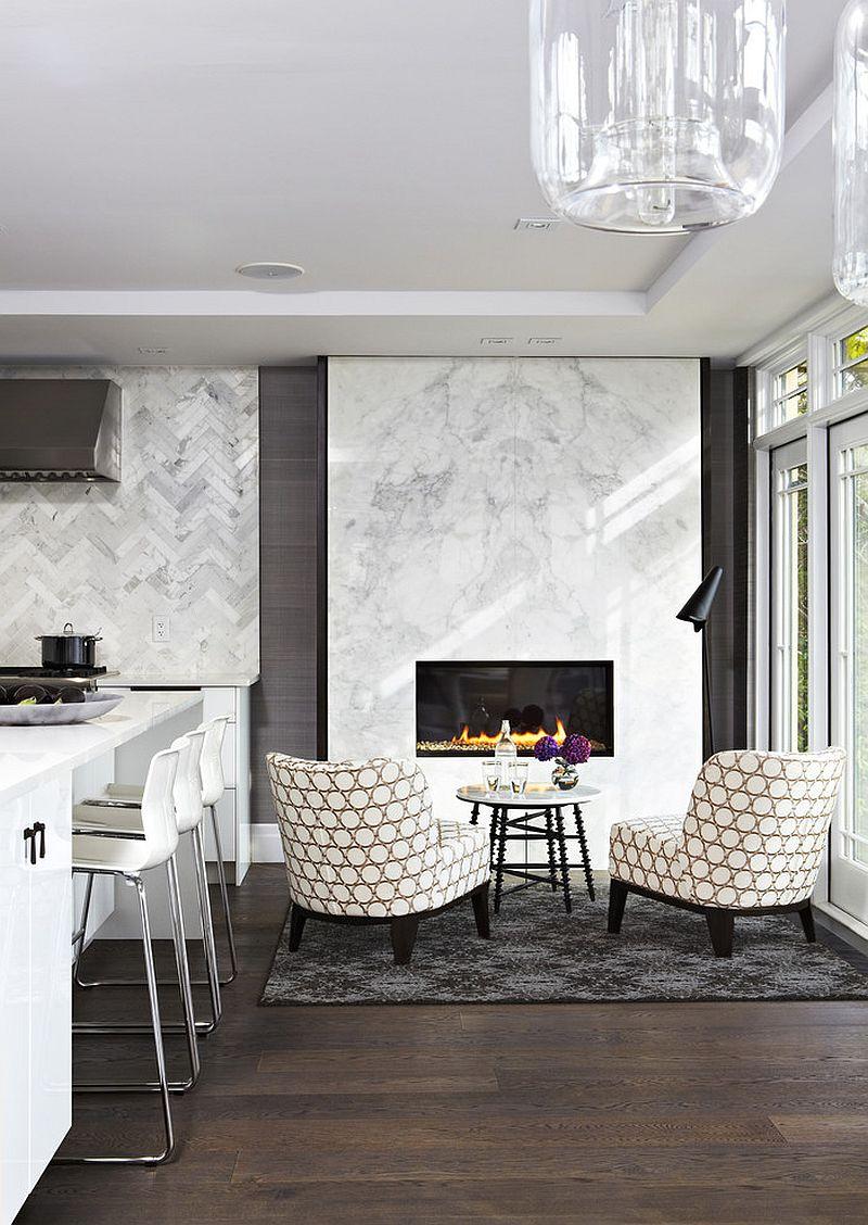 Изысканная современная кухня с уютным местом для общения рядом с мраморным камином