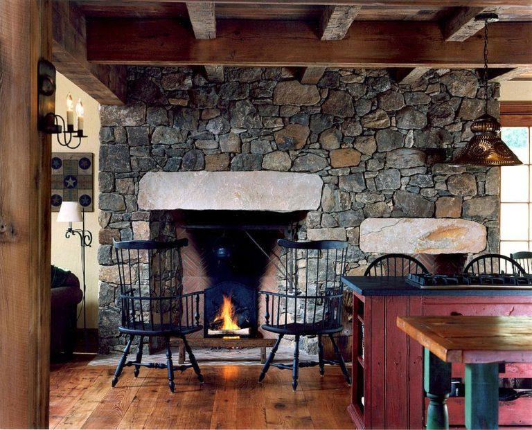 Каменная стена и камин для кухни в деревенском стиле