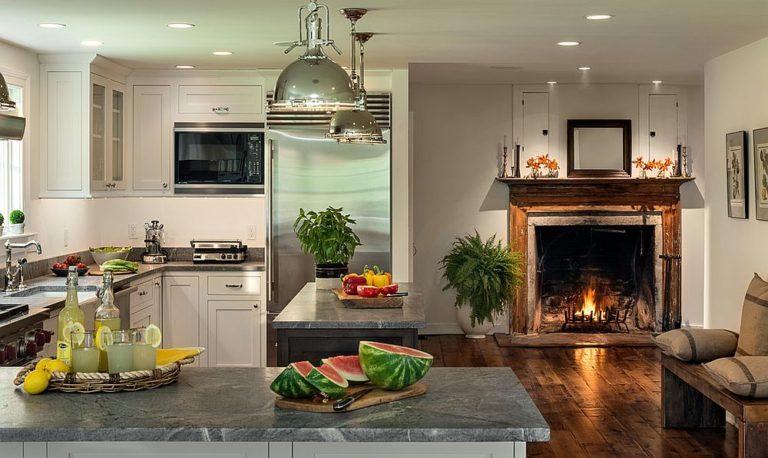 Современная кухня в деревенском стиле с камином