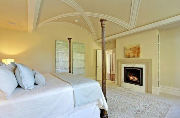 Выпуклый потолок с пересекающимися акцентами создает необычную атмосферу в спальне