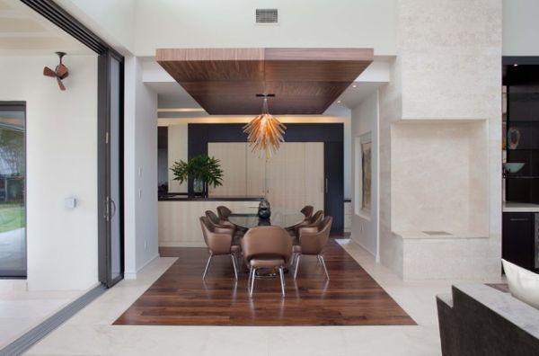 Потолок выделяет обеденную зону оформлением с деревянной вставкой