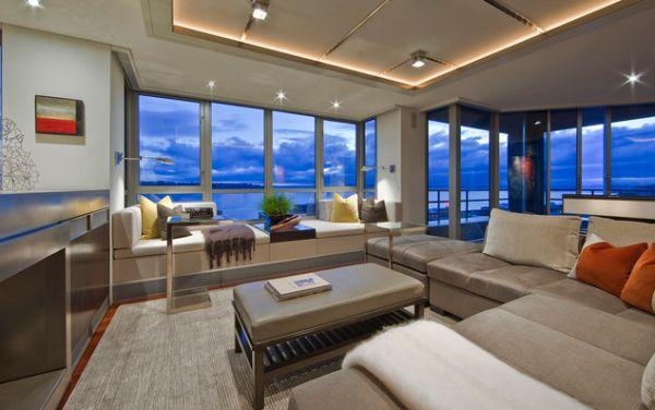 Восхитительный потолок и окна во всю стену создают особую обстановку в этой комнате