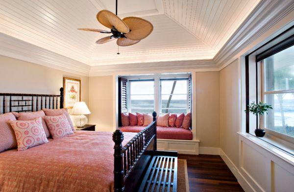 Уходящий вверх потолок дополняется дизайнерским вентилятором, чтобы наполнить комнату особой атмосферой