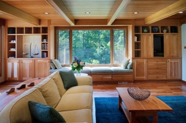 Утонченный деревянный потолок отлично сочетается с деревянной мебелью в комнате