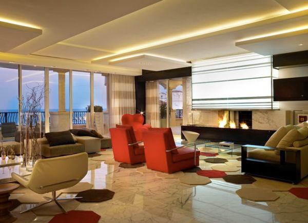 В этой уютной гостиной потолок сияет теплыми оттенками