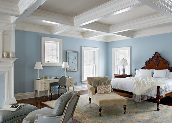 Стильный светлый потолок, голубые стены и темный пол создают прекрасный контраст в спальне