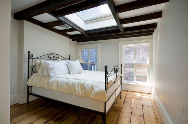 В этой небольшой спальне дизайн потолка имитирует естественное освещение