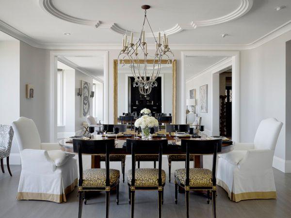 Художественный дизайн потолка и милая люстра создают классический образ столовой