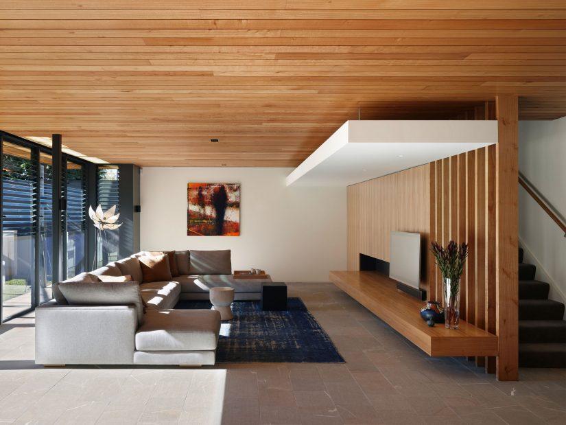 Деревянный потолок и стены отлично гармонируют друг с другом