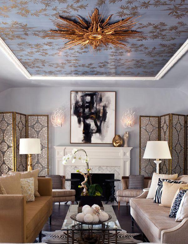 Зеркало с золотыми лепестками на потолке создает королевскую атмосферу в домашнем офисе