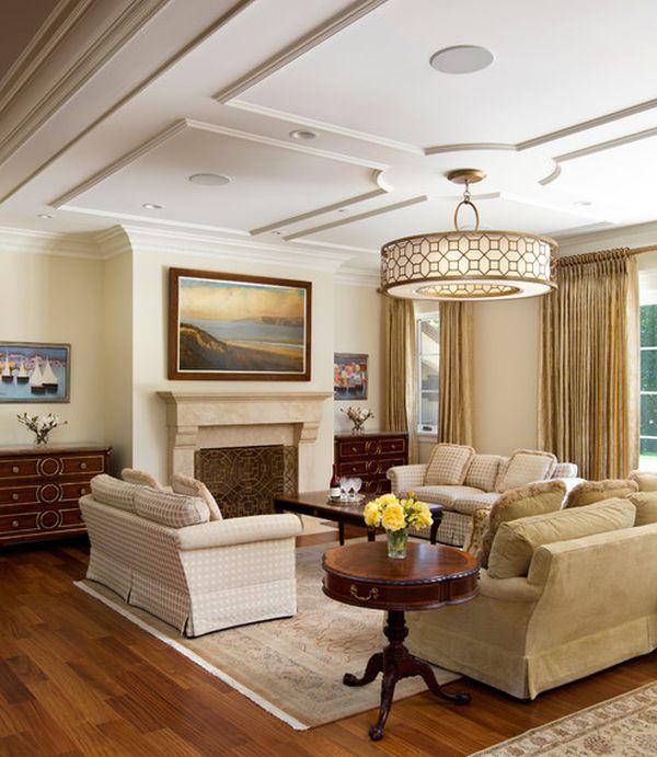 Гостиная в мягких тонах с величественным потолком