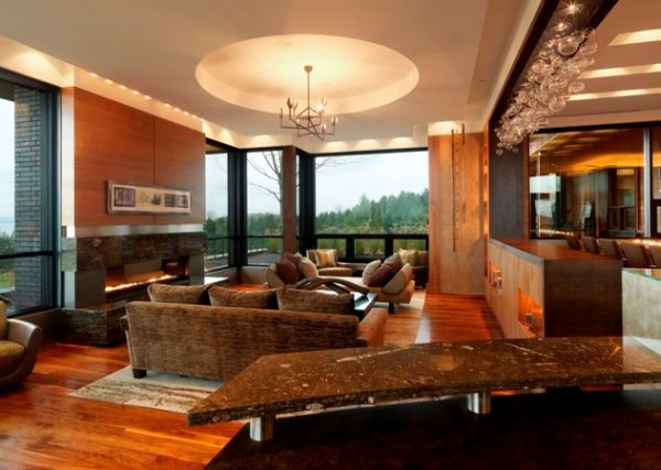 Современный камин и роскошный потолок освежают дизайн этой комнаты