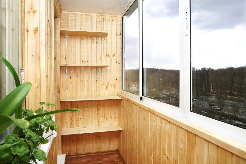 Балкон с деревянной отделкой